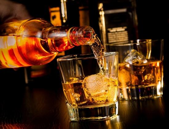 Наливают виски в стакан