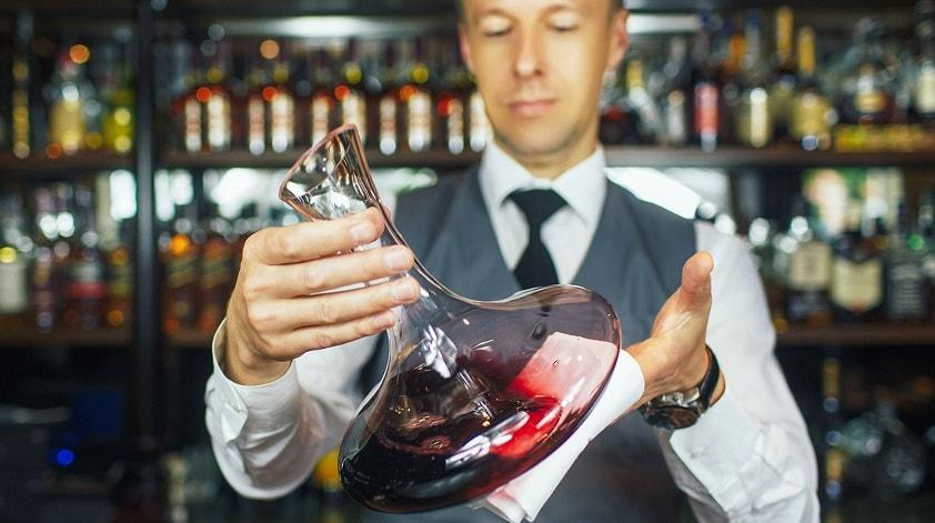 Сомелье – не просто «винный официант», эта профессия требует получения глубоких теоретических знаний и обширного практического опыта