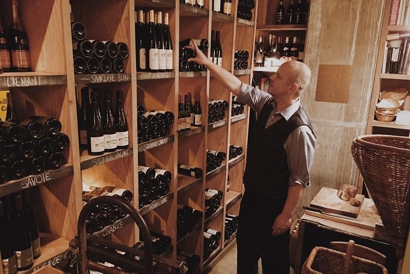 Кавист должен не только блестяще разбираться в теории вина, но и виртуозно соотносить тонкости каждого из сортов со вкусами покупателя