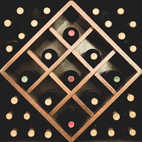 Пример навесной винной стойки