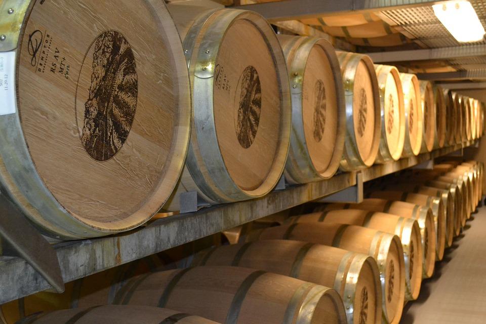 Хранение бочек с вином на стеллажах